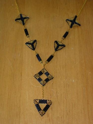 collier triangle bleu et or vu 1.JPG